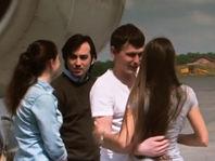 Евгений Ерофеев (слева) и Александр Александров с супругами в аэропорту Внуково