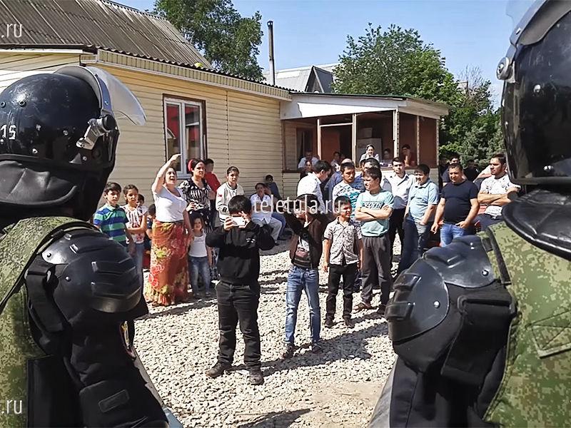 В тульском поселке Плеханово 30 мая начался снос домов, незаконно построенных цыганами. Семь домов уже сровняли с землей