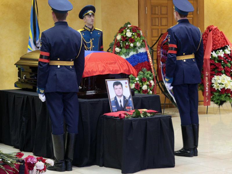 Экипаж успел катапультироваться, однако Олег Пешков был убит огнем с земли, когда спускался на парашюте