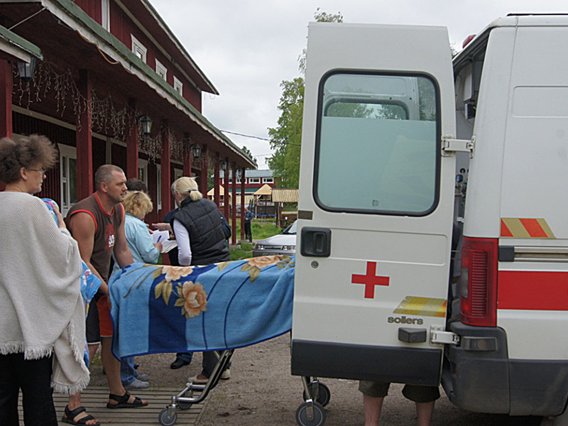 Сотрудники МЧС России и врачи скорой медицинской помощи на месте проведения поисково-спасательной операции в районе озера Сямозеро в Карелии, 19 июня 2016 года