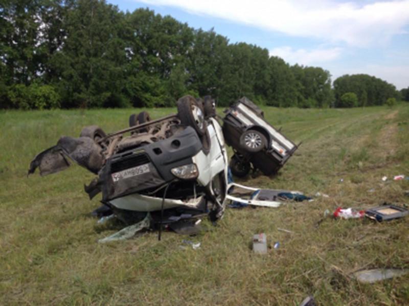 В Новосибирской области произошла крупная авария: автомобиль Honda CR-V столкнулся с микроавтобусом, в котором находились 11 детей и сопровождающий