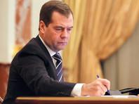 """Премьер-министр России Дмитрий Медведев подписал распоряжение правительства, назначив нефтяную компанию """"Роснефть"""" единственным поставщиком бензина для полиции"""
