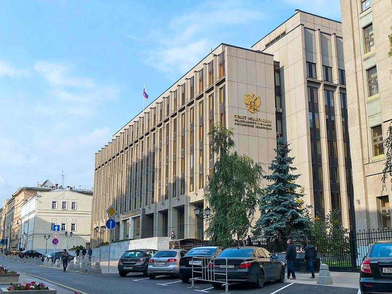 Сотрудники полиции задержали Леонида Волкова, работающего в Фонде борьбы с коррупцией Алексея Навальногой, который собирался провести одиночный пикет у здания Совета Федерации