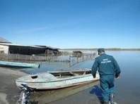 Школьникам в Омской области пришлось добираться на ЕГЭ на лодках