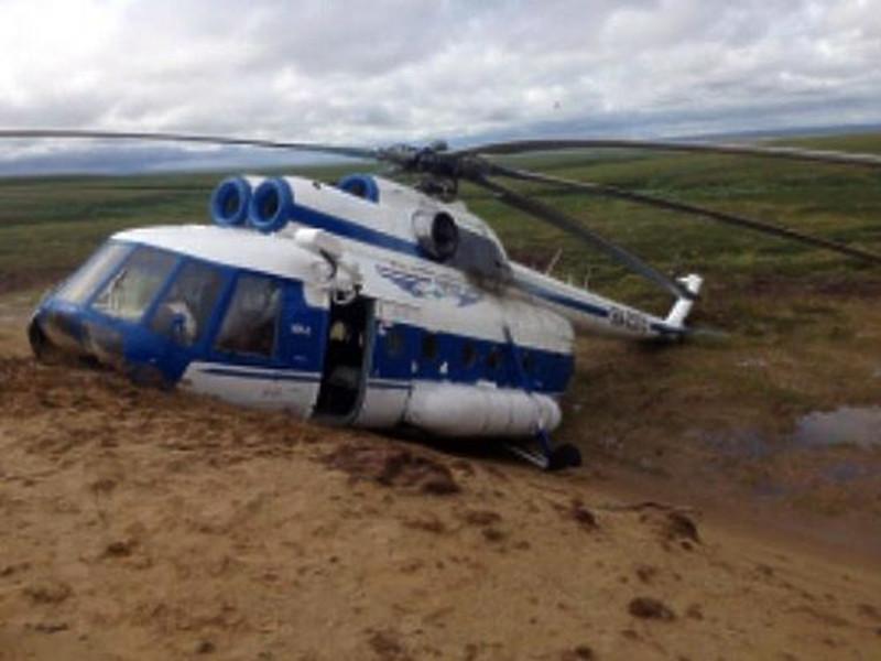 При посадке у воздушного судна надломился хвост. Авиакомпания направила к месту происшествия резервный вертолет для транспортировки людей