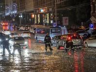 На Ростов-на-Дону обрушились сильные ливни с грозами. В городе уже введен режим чрезвычайной ситуации. В результате действии стихии погибли два человека
