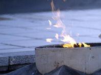 Кемеровчане пожарили сосиски на Вечном огне под гимн России (ВИДЕО)