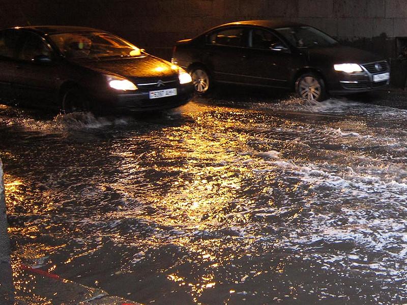 Под водой в центре города оказались как проезжие части, так и тротуары некоторых улиц. Уровень воды достигает местами 20 сантиметров