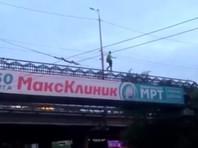 В Хабаровске девушка прошлась по перилам надземного перехода над потоком машин (ВИДЕО)