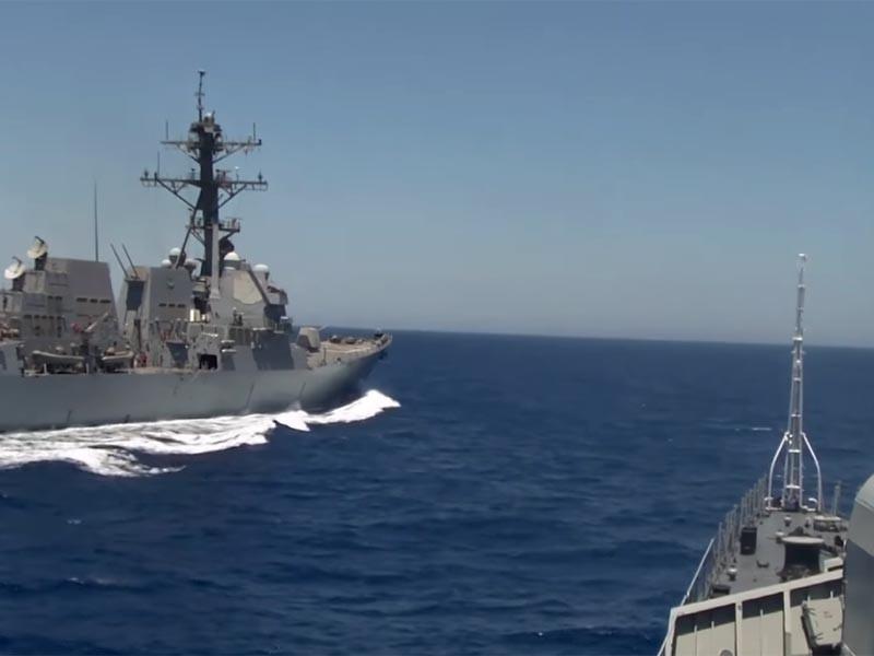 Минобороны: российский корабль сделал все, чтобы избежать столкновения с эсминцем США в Средиземном море