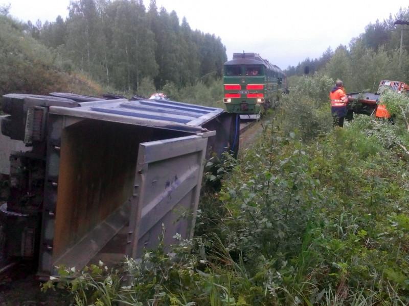 """В ночь на 13 июня грузовой автомобиль пробил ограждение автодорожного моста на 60-м километре дороги """"Екатеринбург-Реж-Алапаевск"""" и упал на железную дорогу"""