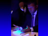 """""""Скорее всего, светящаяся краска на его руках появилась после того, как он за руку поздоровался с человеком, который нес пакет с деньгами. Но Белых к деньгам не прикасался"""", - цитирует РИА """"Новости"""" адвоката Белых Сергея Тетерина"""