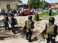 Несколько сотен полицейских охраняют рабочих, сносящих цыганские дома в Плеханове