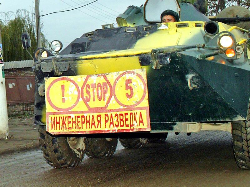 В Чечне при разминировании поля в районе бывшего поселка Ханкала, ныне микрорайона Грозного, утром во вторник, 28 июня, погиб военнослужащий-контрактник, еще один получил минно-взрывную травму