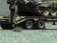 Тягач с танком оказался в кювете после аварии в Калининградской области (ФОТО)