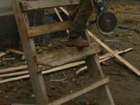 В Саратове ветеран труда вместе с престарелой матерью неделю не могут выйти из дома из-за обрушившейся лестницы