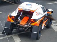 """На ралли-рейде """"Шелковый путь"""" французский экипаж попал в болото: болельщики на руках вытащили машину (ВИДЕО)"""