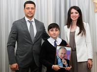 10-летний житель Ингушетии Ислам Гатиев принес в местную приемную президента РФ три тысячи рублей из своей копилки, чтобы таким образом помочь Владимиру Путину преодолеть экономический кризис в стране