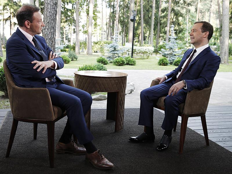 Премьер-министр России Дмитрий Медведев снова оказался в центре внимания: Фонд борьбы с коррупцией Алексея Навального на одной из фотографий главы правительства увидел на нем туфли за 50 тысяч рублей
