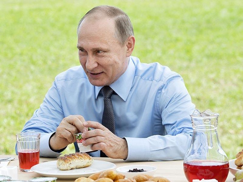 Кадровые перестановки произошли в День ангела президента. Владимир Путин сегодня отмечал его в Тверской области, где в поле разделил праздничную трапезу, приличествующую такому празднику, с механизаторами - съел йогурт с клюквой, отпил клюквенного морса