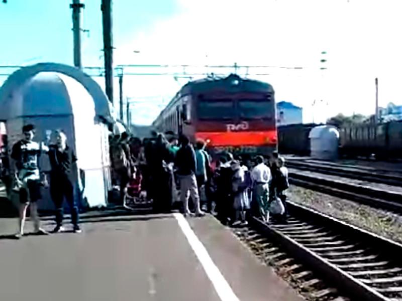 Жители уральского поселка пытались остановить служебный поезд из-за отказа РЖД вернуть электрички