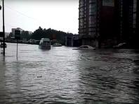 В Новосибирске ливнем затопило улицы и переходы метро, машины проваливались под асфальт