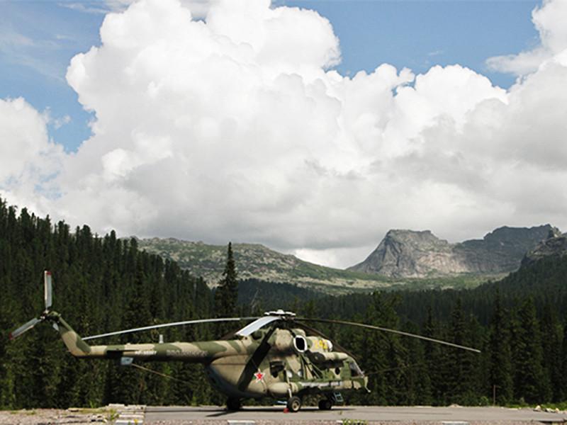 Вертолеты авиации высадили группу из 10 человек в районе тувинского поселка Усть-Ужеп, где им предстоит пройти курс выживания, организованный специально для солдат российской армии сибирскими староверами