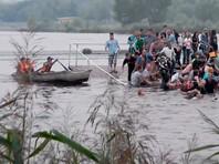 В Магнитогорске во время фестиваля водных фонариков рухнул в воду мост с людьми. ВИДЕО