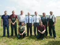 Путин позавтракал в поле с механизаторами в Тверской области и обсудил водку из клюквы на совещании
