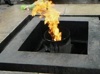 На вечном огне в Петербурге пожарили шашлык