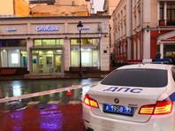 """Мужчина с коробкой на шее ворвался в офис банка в центре Москвы и пригрозил привести """"бомбу"""" в действие"""