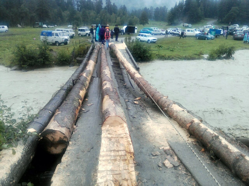 В Зеленчукском районе Карачаево-Черкесии из-за частичного разрушения деревянного моста через реку Пшиш около 300 отдыхающих оказались заблокированными в районе поляны Таулу, куда приехали на выходные