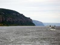 В Якутии теплоход, на борту которого более 100 человек, сел на мель