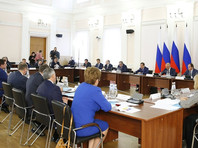 """""""Просьба не рассказывать о трудностях жизни: это сложно"""", - цитирует издание фразу Медведева, выделяя ее как самое яркое высказывание премьера на совещании"""