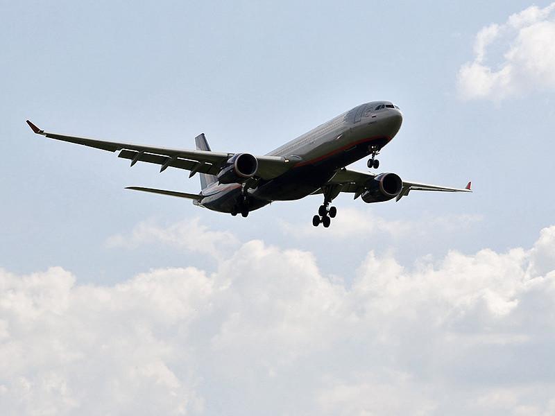 """Лайнер Airbus A330-300 российской авиакомпании """"Аэрофлот"""", выполнявший рейс из Пекина в Москву, утром 25 августа совершил вынужденную посадку в Новосибирске из-за смерти на борту гражданки Сербии"""