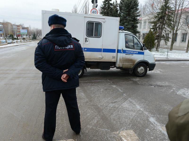 Полиция Сахалина начала поиск школьниц, которые устроили фотосессию на местном кладбище. На снимках, опубликованных в социальных сетях, подростки позируют на фоне могил, а одна из них показывает неприличный жест