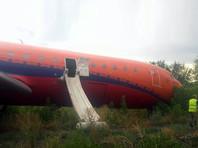 """Лайнер """"КрасАвиа"""" при посадке в Уфе выкатился за пределы ВПП на 400 метров и завалился на крыло (ВИДЕО)"""