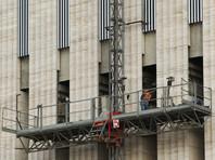 """Во время капитального ремонта балконов дома номер 120 на Ленинском проспекте в Санкт-Петербурге рухнула """"люлька"""", в которой находились шестеро рабочих. Четверо были госпитализированы, трое из них находятся в тяжелом состоянии, сообщили в МЧС"""