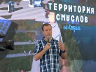 """2 августа Медведев, выступая на форуме """"Территория смыслов на Клязьме"""", на вопрос преподавателя Дагестанского университета о низких зарплатах молодых учителей и преподавателей, рекомендовал им стараться заработать """"еще что-то"""", помимо зарплаты"""