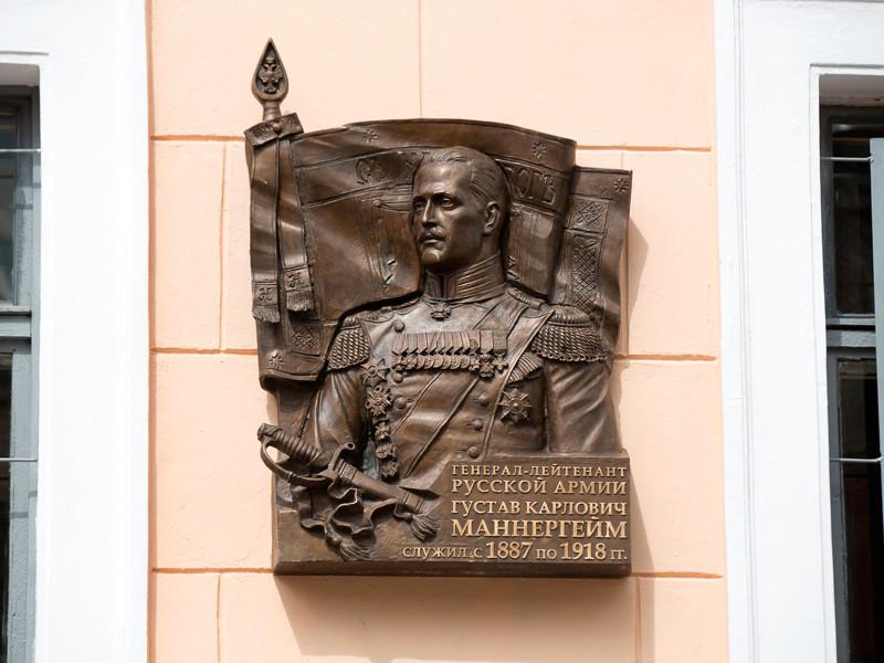 В Петербурге доску Маннергейму облили краской на глазах у охранников Подробнее: http://www.newsru.com/russia/01Aug2016/tablichka.html