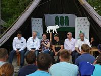 Губернатор ХМАО прошла инициацию на молодежном форуме с выкриком лозунга единороссов и прыжком в толпу (ВИДЕО)