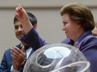 Единороссы поручили тянуть жребий зампреду комитета Госдумы по международным делам, первой женщине-космонавту Валентине Терешковой, которая вытащила из лототрона шар с номером 4