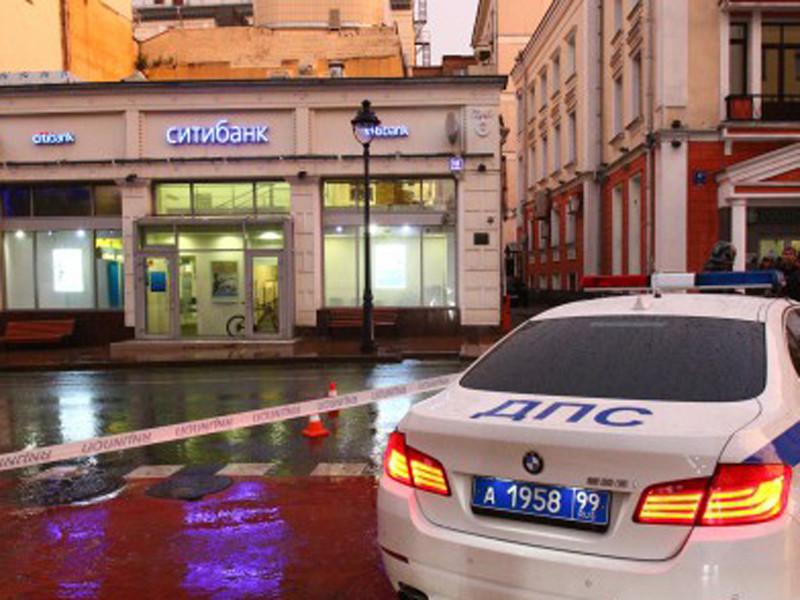 """В офис """"Ситибанка"""" на Большой Никитской улице в центре Москвы ворвался мужчина с коробкой на шее, обмотанной желтым скотчем"""