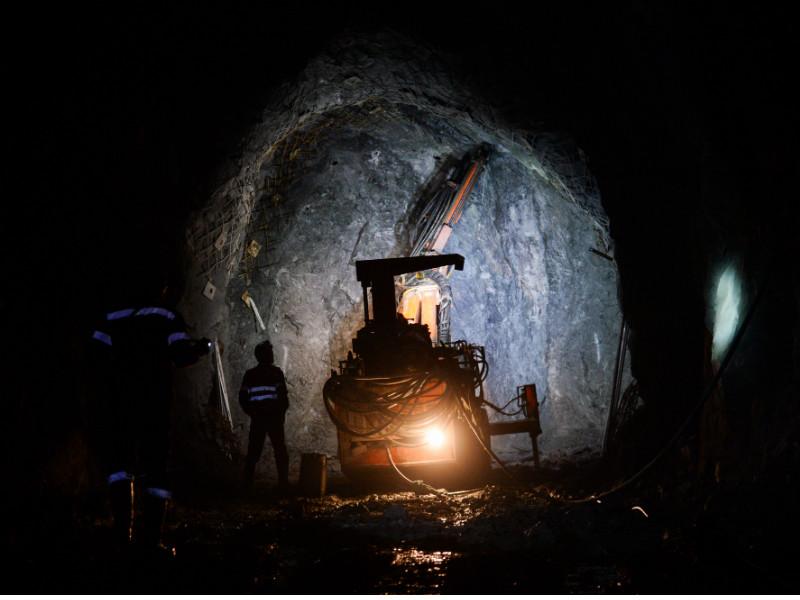 """Более 100 шахтеров, работавших на предприятиях компании """"Кингкоул"""" в Ростовской области, объявили голодовку из-за многомесячной невыплаты зарплаты. В состав компании входили шахты """"Алмазная"""", """"Гуковская"""", """"Ростовская"""" и """"Замчаловская"""", в настоящее время все они находятся в состоянии банкротства"""