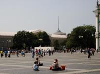 Туристы разобрали на сувениры 20 квадратных метров брусчатки с главной площади Петербурга