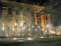 Комментарии прозвучали после очередного инцидента у посольства России в Киеве, где должен быть организован один из участков: в ночь на субботу его закидали пиротехникой