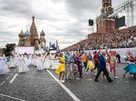 Путин на День города сделал селфи на Красной площади с ненастоящими невестами (ВИДЕО)