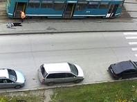 В Новосибирске вагоновожатый вытащил из трамвая пассажира без сознания, а кондуктор вымел на него мусор (ВИДЕО)