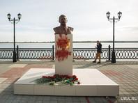 В Сургуте облили краской бюст Сталина, отмывать его не спешат