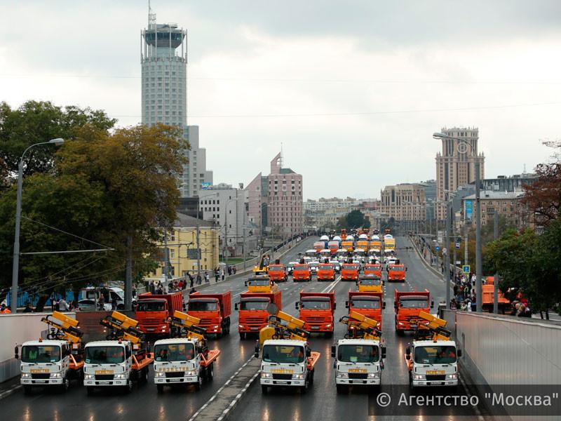 В Москве стартовал парад коммунальной техники: Садовое кольцо закрыли до вечера